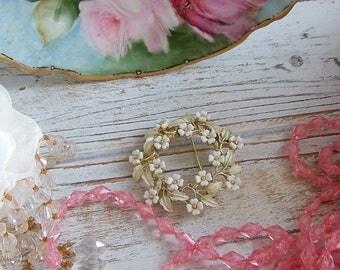 Vintage Cream Wreath Brooch, Wreath Pin, Vintage Pins, Vintage Jewelry, White Pins, Floral Pins, Antique Pins, Antique Jewelry, Brooches