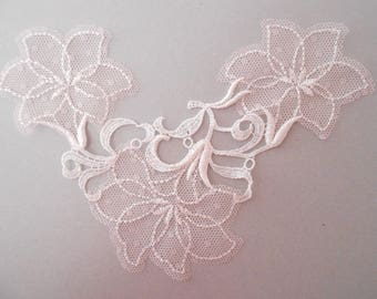 Applique in fine white lace and pink very 20 cm long and 8 cm from the middle of the bottom of the flower applique