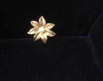 Floral brooch in 14k yellow gold.