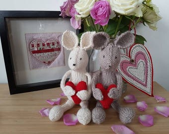 Handknitted mouse with heart - Valentine's gift