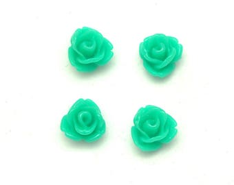 4 small plastic green flowers for jewelry or scrapbooking 7mm