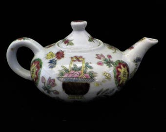 "Small Nian Zhi Teapot, in the ""Qianlong"" style of the 1960s decorated in Macau for the Hong Kong market"