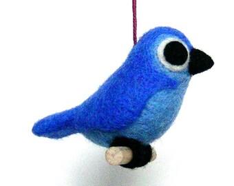 Oiseau bleu roi en laine feutrée. Par LaPoissonnerie