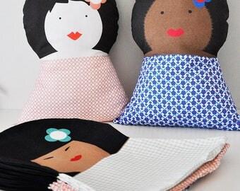 Coussin doudou poupée - Brigitte - décor chambre d'enfant