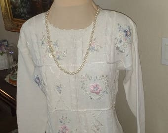 White embroidered sweater, Size PM
