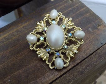 Vintage Gold Tone Faux Pearl Brooch