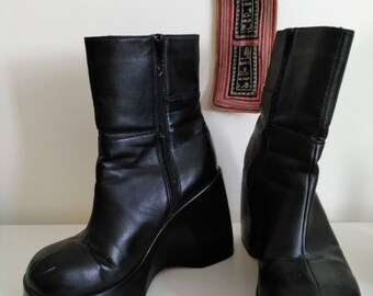90'S Black chunky platform boots in Vegan leather