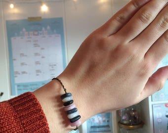 Bracelet avec des petites perles en forme de triangle, en pâte polymère.