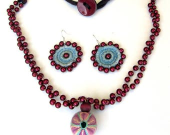 Set: Necklace and earrings in denim.