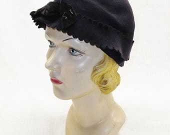 1930s Vintage Dark Blue Felt Cloche Hat with Scalloped Edge Size 21 Small