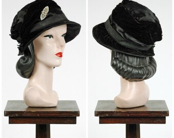Vintage 1920s Hat - Black Velveteen and Heavy Satin Early 20s Cloche Hat with Grosgrain Trim