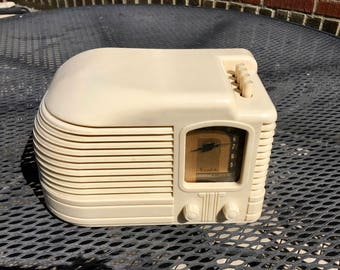 Stunning 1939 Mantola Ivory Plaskon Art Deco Radio
