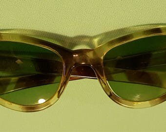 Beautiful, vintage 50's 60's, tortoise shell, Coolray, cat eye sunglasses by Polaroid!