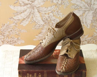 vintage 1940s shoes <> early 1940s 2 tone Walk Over shoes <> 40s oxfords <> 40s saddle shoes <> 1940s lace up walking shoes