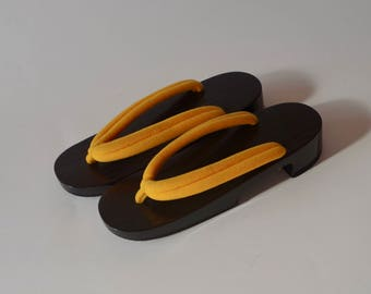 GETA (women's) one of Japanese traditional clogs. This geta is made of paulownia wood. Urushi Lacquer coating