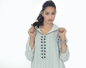 Beautiful beige Djellaba with a gorgeous black beaded button: pattern only 1 left in size M