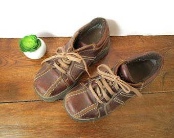 Size 7.5, ROOTS Lace Up Shoes, Distressed Brown Leather Uppers, Rubber Soles ( Womens US Size 7.5, UK Size 5, Eur 38 )