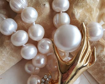 White pearl necklace with jewel element