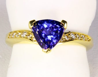 Superb Trilliant Tanzanite in 18kt. Yellow Gold