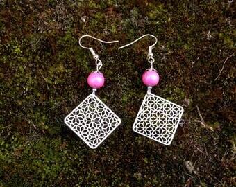 Boucles d'oreilles pendante carré argenté et perle de verre rose brillant avec tréfilé argenté