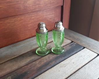 Vintage Hazel Atlas Green Uranium Art Deco Depression Glass Salt and Pepper Shakers / Vintage salt & pepper shakers Hazel Atlas Depression glass