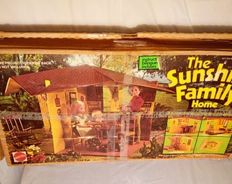 Vintage 1974 Mattel The Sunshine Family Home,Complete W/ Furniture,Booklet And A Family Of 5