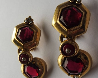 Stunning Vintage Almandine Garnet Coloured Stone and Faux Pearl Drop Clip On Earrings.