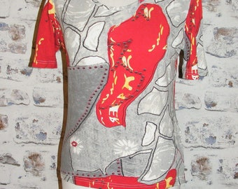 Size 12 vintage 90s short sleeve scoop neck t shirt grey/red crazy print (GY55)