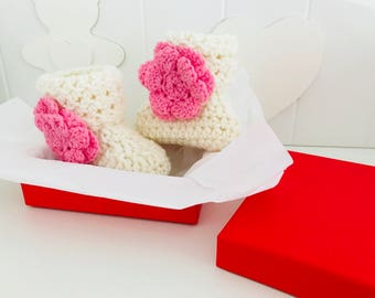 White baby booties with pink Floret created in crochet with merino baby wool. Gift box. Free shipping in Italy.