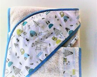 Sortie de bain bébé,cape de bain ,cadeau de naissance ,tons gris et turquoises sur fond blanc,doublée d'éponge ivoire.