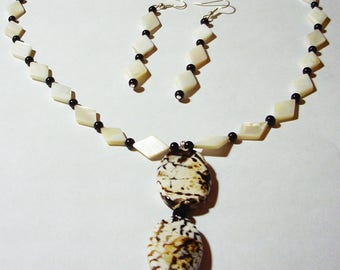 """Shell and glass bead 20"""" necklace with agate pendant with earrings - Beige and black necklace - Necklace and earrings set"""