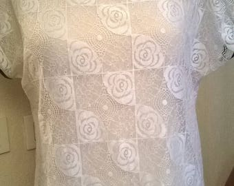 Short sleeve blouse in white lace