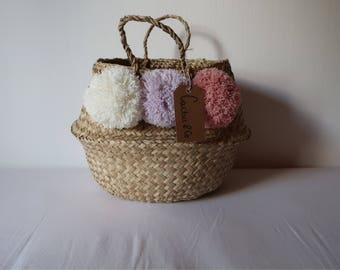 Small basket with 3 tassels