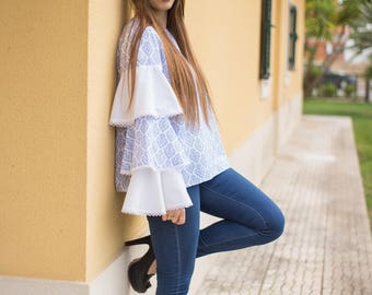 Patterned blouse with ruffled sleeves
