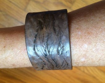 Handmade leather bracelet with feathers design