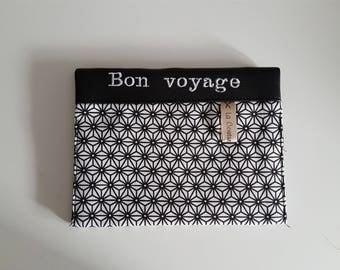 """étui passeport avec 2 compartiments à cartes simili cuir noir brodé """"Bon voyage""""  et tissu graphique ,  travail soigné."""