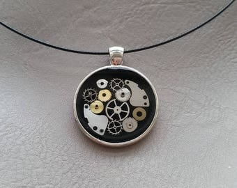 Round neck + round pendant in resin and gears (Steampunk)