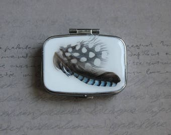 Pill box or small rectangle box, 2 compartments in resin and 2 feathers