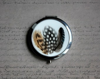 Round Pocket mirror made of resin and 3 feathers