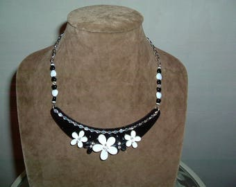 """very nice black and white """"flowers"""" necklace"""