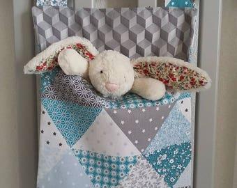 Rangement chambre bébé/enfant en tissu pour lit ou table à langer. Sac à doudou, à pyjama. Sac à poussette/landau. Patchwork bleu et gris.