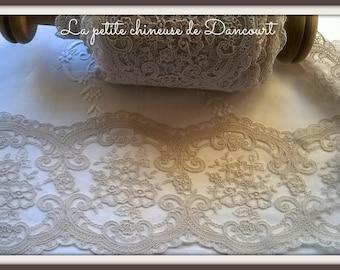 Lace Pearl Grey Victoria