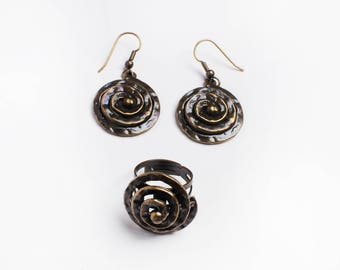 Set of earrings and dark ring spiral