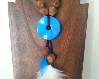 Collier sautoir à perles de bois à facettes, pierre turquoise et plumes