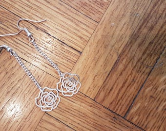 Pair of earrings with flowers