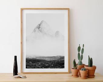 Fotografía montaña estilo japonés, minimalismo, fotografía minimalista, fotografía en blanco y negro, Montaña con niebla