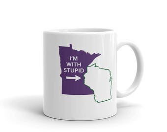 Minnesota Vikings Fan Mug - Football I'm With Stupid Green Bay Packers Wisconsin Tea/Coffee Mug (11 oz)