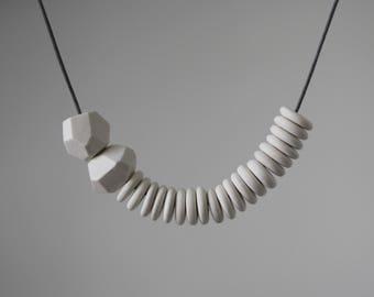 Geo-disc necklace (white/white)