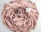 Ruban de mousseline de soie de sari, ruban en soie de Sari, Sari ruban, ruban de quartz Rose mauve, ruban rose, Gland d'approvisionnement, approvisionnement en tissage, filage d'alimentation