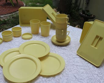 Vintage plastic picnic ware - plates, cups, saucers, boxes - Made in England - Corracle - 22 pieces